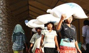 Certains des déplacés reçoivent leur ration alimentaire d'un mois à l'entrepôt de distribution du PAM (archives).