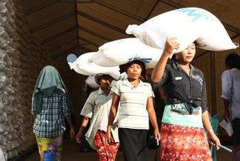 В ПРООН серьезно обеспокоены ситуацией в Мьянме: половина населения может вскоре оказаться за чертой бедности.