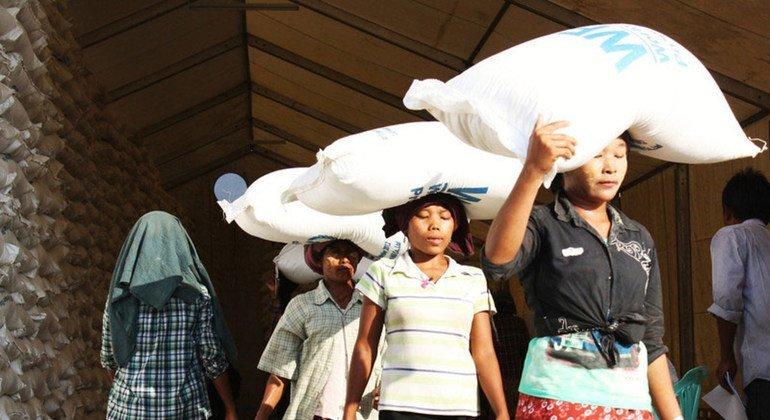 نازحات في ميانمار يحصلن على مساعدات غذائية شهرية من برنامج الأغذية العالمي.