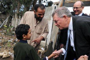 Le Coordonnateur spécial des Nations Unies pour le processus de paix au Moyen-Orient, Robert Serry, salue un garçon Palestinien lors de sa visite à Gaza le 25 novembre dernier.