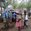 Des Casques bleus de la MONUSCO évacuent des enfants au lendemain de la prise de Goma par les rebelles du M23.