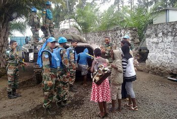 MONUSCO peacekeepers evacuate children following the capture of Goma in the Democratic Republic of the Congo (DRC) by M23 (November 2012).