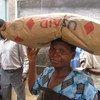 Une femme au Malawi collecte sa ration mensuelle de céréales. Photo :PAM/Gregory Barrow