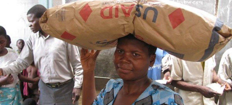 Distribución de alimentos en Malawi. Foto de archivo: PMA/Gregory Barrow