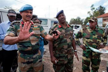 A MONUSCO commander, Gen. Geofroy Muheesi, and an M23 officer during the handover of the Central Bank's premises in Goma.