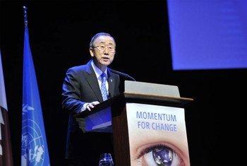 Le Secrétaire général Ban Ki-moon prend la parole à l'ouverture du segment de haut-niveau de la 18ème Conférence des Parties à la Convention-cadre des Nations Unies sur les changements climatiques, à Doha, au Qatar.