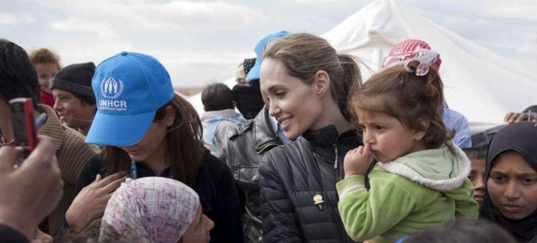 难民署特使安吉丽娜·朱莉看望叙利亚难民。