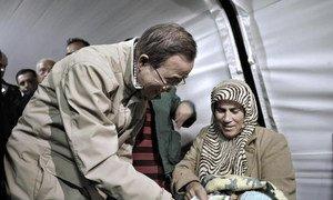 Le Secrétaire général des Nations Unies, Ban ki-moon, dans le camp de réfugiés syriens d'Islahiye, en Turquie.
