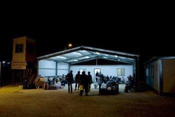 Des réfugiés syriens en cours d'enregistrement par les autorités jordaniennes après avoir traversé la frontière en décembre.