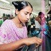 孟加拉国一名制衣厂女工。联合国图片/Kibae Park
