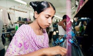 Una empleada en un taller de confección en Gazipur, Bangladesh