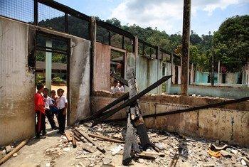 Des enfants jouent dans les décombres d'une école ravagée par un incendie dans le sud de la Thaïlande en 2008.