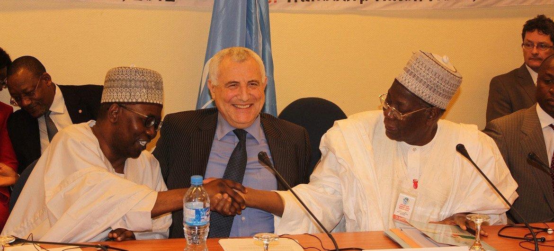 El representante especial del Secretario General para África Occidental, Said Djinnit  con delegados de Nigeria y Camerun  Foto archivo: ONU