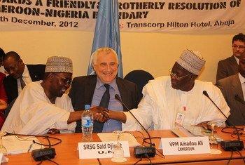 Le Représentant spécial du Secrétaire général des Nations Unies pour l'Afrique de l'Ouest et Président de la Commission Mixte, Saïd Djinnit, aux côtés de représentant du Nigeria et du Cameroun.