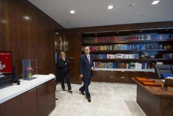 Le Secrétaire général Ban ki-moon (à droite), accompagné de sa Chef de Cabinet, Susana Malcorra, retrouve son bureau du Siège des Nations Unies refait à neuf.