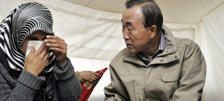 Le Secrétaire général Ban Ki-moon s'entretient avec une femme en détresse dans le camp de réfugiés syriens d'Islahiye, en Turquie, près de la frontière avec la Syrie.