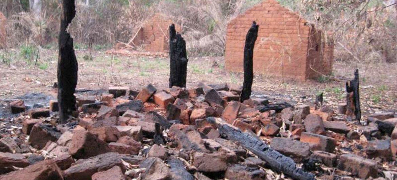 Les ruines d'une maison incendiée par des combattants de la LRA dans le village de Nguili-Nguili, en République centrafricaine.