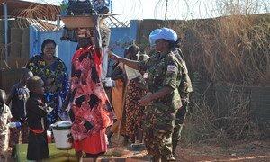 Les Casques bleus de la MINUSS au Soudan du Sud prêtent assistance à des civils piégés par les violences à Wau, capitale de l'état de Bahr El Ghazal.