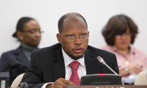 L'Ambassadeur George Wilfred Talbot, du Guyana, Président de la Deuxième Commission de l'Assemblée générale, lors d'une séance publique.