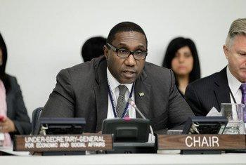 L'Ambassadeur Henry L. Mac-Donald, du Suriname, Président de la Troisième Commission de l'Assemblée générale, lors d'une séance publique.