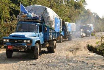Un convoi d'aide humanitaire de l'ONU arrive en mars 2012 dans un camp de personnes déplacées situé dans l'état de Kachin, au Myanmar.