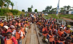 Liberians cross the Cavaly River to their homeland from Côte d'Ivoire.
