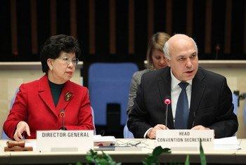 La Directrice générale de l'OMS, Margaret Chan (à gauche) et le Président du secrétariat de la Convention-cadre de l'OMS pour la lutte antitabac, Haik Nikogosian.