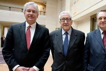Lakhdar Brahimi (au centre) avec le Vice-ministre des affaires étrangères de Russie, Mikhail Bogdanov (à droite), et le Secrétaire d'État adjoint des Etats-Unis William Burns (à gauche). Photo ONU/Jean-Marc Ferré