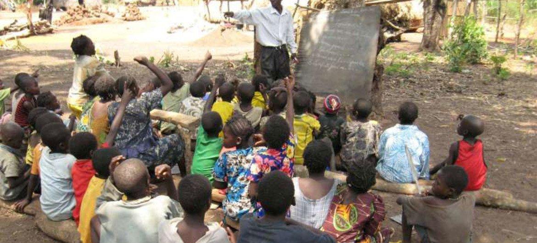 Des enfants déplacés par les violences en République centrafricaine participent à une classe en plein air dans un camp.