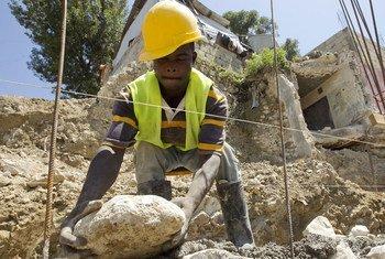 Les efforts de reconstruction continuent en Haïti, où près de 390.000 personnes vivent encore dans des camps. Photo ONU/Logan Abassi