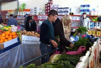 لاجئون سوريون يستخدمون القسائم الغذائية لشراء احتياجاتهم في تركيا. المصدر: برنامج الأغذية العالمي