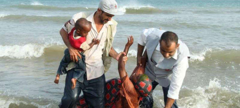 Wafanyakazi wa huduma za kibinadamu kutoka shirika linalofanya kazi pamoja na UNHCR wakisaidia watu waliowasili Yemen kwa njia ya bahari.