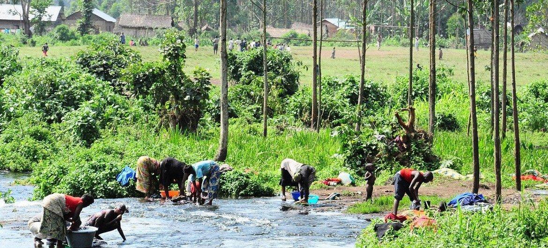 Un grupo de mujeres lavan su ropa en el agua que utilizan para beber y cocinar en Kitchanga, en el este de la República Democrática del Congo.
