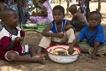 Des enfants déplacés dans la capitale du Mali, Bamako, prennent un repas bienvenu.