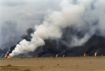 Les exploitations pétrolières d'Al Maqwa en feu lors de l'occupation par les forces iraquiennes, en 1991.