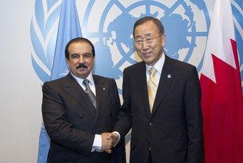 Le Secrétaire général de l'ONU, Ban Ki-moon (à droite), et le Roi de Bahreïn, Hamad bin Issa Al-Khalifa.