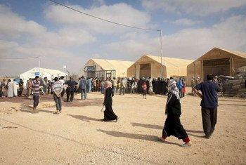 """Des réfugiés syriens dans un centre de distribution du HCR, dans le camp de réfugiés de Za""""atri."""