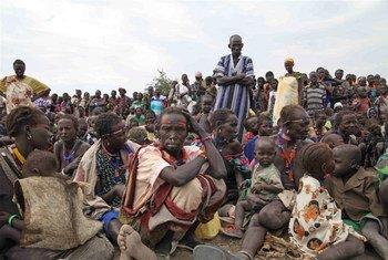 Des personnes attendent une distribution alimentaire à Pibor au Soudan du Sud.