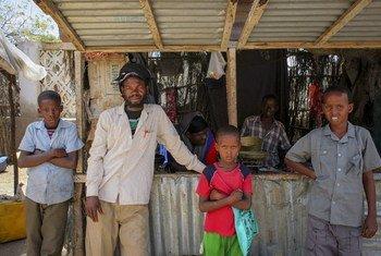 Raia wa Somalia wakiwa wamesimama nje ya kioski eneo la soko katika bandari ya Kismayo, Kusini mwa Somalia.