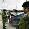 Des soldats israéliens fouillent une voiture palestinienne au point de passage se trouvant à la sortie de la ville de Naplouse, en Cisjordanie.