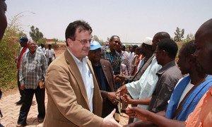 David Gressly, nouveau Représentant spécial adjoint pour le Mali, ici en visite à Mopti, en avril 2012.