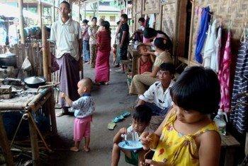 Des personnes déplacées dans un camp qui bénéficie du soutien du Haut Commissariat des Nations Unies pour les réfugiés (HCR), dans l'état de Kachin, au Myanmar.