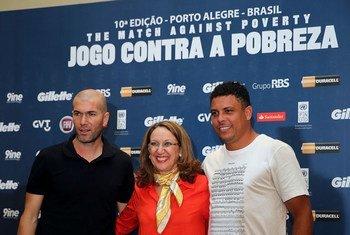 联合国开发计划署前协理署长、贸发会议现任秘书长丽贝卡·格林斯潘(中)站在齐达内(左)和罗纳尔多中间。
