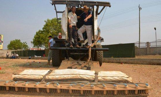 Veículo limpa estrada de minas terrestres