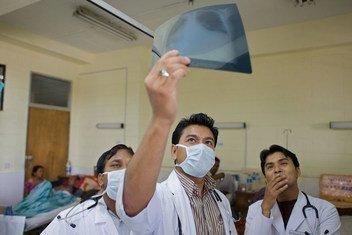 الأطباء يتحققون من فيروس كورونا المسبب لمتلازمة الشرق الأوسط التنفسيةالصورة: منظمة الصحة العالمية