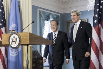 Secretary-General Ban Ki-moon (left) and US Secretary of State John Kerry at a joint press conference (February 2013).