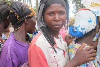 Déplacées par des combats, ces Congolaises patientent pour obtenir des bons d'achats alimentaires dans le village de Minova, situé dans l'est de la RDC.