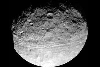 Foto del Asteroide Vesta tomada por la nave espacial Dawn, lanzada el 24 de julio de 2011 por la NASA a una distancia de 5.200 kilómetros. Foto: NASA/JPL-Caltech