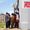 Des Haïtiens patientent devant le tribunal de la paix dans la ville de Grand Boucan, en mai 2012.