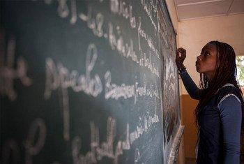 Une élève au tableau dans une école à Bamako au Mali.